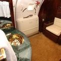 <p> Phòng tắm trên chuyên cơ riêng Boeing 757 của Tổng thống Mỹ Donald Trump có bồn vệ sinh bọc da mềm, thanh treo khăn và bồn rửa mạ vàng.</p>