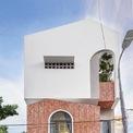 <p> Căn nhà nằm giữa con hẻm nhỏ tại TP Đà Nẵng trên mảnh đất chỉ 50 m2, là sự giao thoa nhẹ nhàng giữa kiến trúc hiện đại pha chút hoài cổ...</p>