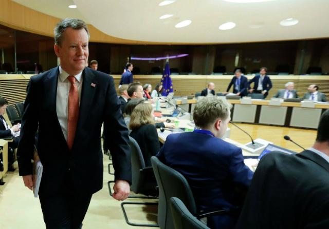 Trưởng đoàn đàm phán Brexit của Anh, ông David Frost (trái) tới dự vòng đàm phán thứ nhất về quan hệ giữa Anh và EU hậu Brexit, tại Brussels (Bỉ) ngày 2/3/2020. Ảnh: AFP/TTXVN