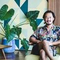 <p> Với các tín đồ mê ẩm thực, sành ăn uống ở Indonesia, Ronald Akili là cái tên doanh nhân kiêm food blogger nổi tiếng nhất. Ronald là con trai của nhà sưu tập nghệ thuật giàu có Rudy Akili, người sáng lập bảo tàng mang tên dòng họ mình. Thừa hưởng sở thích về hội họa và thiết kế từ cha mình, công việc chính của Ronald là điều hàng chuỗi nhà hàng ăn uống bên bờ biển ở Bali, thương hiệu được nhượng quyền và có nhiều chi nhánh tại Hong Kong, Singapore.</p>