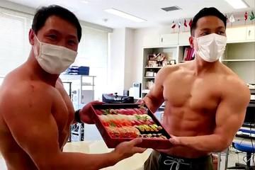 Hút khách thời Covid-19 bằng dịch vụ 'giao sushi 6 múi' ở Nhật Bản