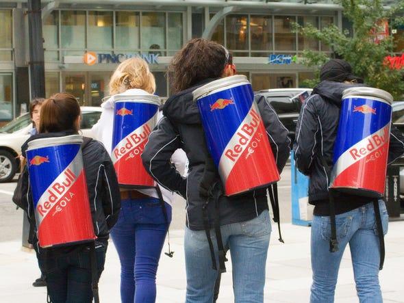 Trước khi bị người Thái tẩy chay, Red Bull trở thành thương hiệu nổi tiếng và tạo ra các tỷ phú như thế nào?