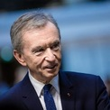 <p> Ông hoàng thời trang Bernard Arnault là chủ tịch đế chế thời trang xa xỉ lớn nhất thế giới LVMH, sở hữu nhiều thương hiệu nổi tiếng đắt đỏ như Louis Vuitton, Dom Perignon, Christian Dior và Tiffany &amp; Co. Vị doanh nhân người Pháp là tỷ phú giàu nhất châu Âu và xếp thứ tư trong danh sách những người giàu nhất hành tinh. Ông Arnault và gia đình sở hữu khối tài sản trị giá 88 tỷ USD. Theo <em>Business Insider</em>, ông chủ LVHM cũng là người có tỷ lệ giàu lên nhanh nhất thế giới. Ảnh: <em>Bloomberg</em>.</p>