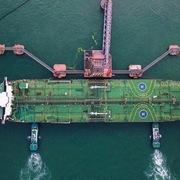 Nhập khẩu dầu thô của Trung Quốc tăng vọt