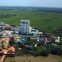 """<p> Tại xã Nam Hưng (huyện Tiền Hải, tỉnh Thái Bình), đại gia Phát """"dầu"""" cũng sở hữu một tòa lâu đài tráng lệ khác giữa cánh đồng lúa xanh ngát.</p>"""