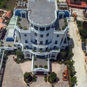<p> Tòa nhà này cũng được thiết kế trên khuôn viên rộng hàng nghìn mét vuông theo phong cách châu Âu, có mái phẳng có thể đậu trực thăng.</p>