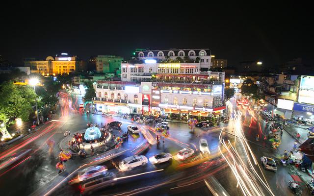Khu vực quảng trường Đông Kinh Nghĩa Thục (quận Hoàn Kiếm) về đêm.