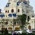 <p> Tòa lâu đài tráng lệ của đại gia Ngô Văn Phát nổi bật trên phố Lê Hồng Phong với thiết kế theo phong cách châu Âu trong khuôn viên diện tích lên tới hàng nghìn m2. Tòa nhà này có mặt tiền rộng hàng chục mét tại nút giao Lê Hồng Phong - Ngô Gia Tự, gần sân bay Cát Bi.</p>
