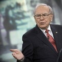 """<p class=""""Normal""""> <strong>Warren Buffett</strong></p> <p class=""""Normal""""> Tài sản: 73,5 tỷ USD</p> <p class=""""Normal""""> Giảm so với năm ngoái: 7,3 tỷ USD, tương đương 9%</p> <p class=""""Normal""""> Ngay cả một động thái nhỏ nhất trên thị trường cũng có thể khiến Buffett, người giàu thứ 4 nước Mỹ, thu về hoặc mất đi hàng tỷ USD. Tập đoàn Berkshire Hathaway của ông đầu tư vào các công ty thuộc nhiều lĩnh vực khác nhau như tài chính, công nghệ, sản xuất. Một lĩnh vực đầu tư mà Buffett quyết định từ bỏ trong đại dịch là cổ phiếu hàng không. """"Nhà hiền triết xứ Omaha"""" đã bán hết cổ phiếu tại 4 hãng hàng không lớn nhất nước Mỹ. (Ảnh: <em>Bloomberg</em>)</p>"""