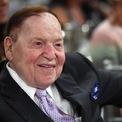 """<p class=""""Normal""""> <strong>Sheldon Adelson</strong></p> <p class=""""Normal""""> Tài sản: 29,9 tỷ USD</p> <p class=""""Normal""""> Giảm so với năm ngoái: 4,7 tỷ USD, tương đương 13,6%</p> <p class=""""Normal""""> Công ty sòng bạc Las Vegas Sands của Adelson sở hữu một số bất động sản xa xỉ nhất trên Dải Las Vegas, bao gồm The Venetian và The Palazzo. Ông phải đóng cửa các sòng bạc của mình trong gần ba tháng vì đại dịch và tính đến ngày 24/7, cổ phiếu công ty này đã giảm 20% so với thời điểm chốt Forbes 400 năm ngoái. Trong khi các tập đoàn sòng bạc lớn khác như MGM và Wynn sa thải hàng nghìn người lao động, Adelson hứa sẽ tiếp tục trả lương cho 8.000 nhân viên đến hết tháng 10 năm 2020. (Ảnh: <em>Getty Images</em>)</p>"""