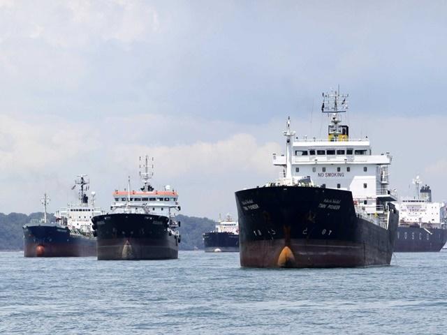 Các nhà giao dịch như Trafigura phải đặt thuê trước tàu chở dầu để lưu trữ hàng triệu thùng dầu thô và nhiên liệu trên biển.