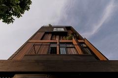 Mặt tiền bằng gỗ giúp ngôi nhà ở TP HCM chống lại nắng nóng