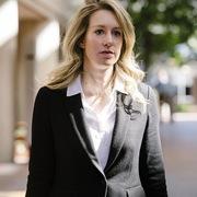 Cựu CEO Theranos dự định dùng bệnh án tâm thần để chống lại cáo buộc lừa đảo