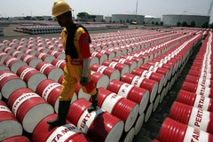 Tồn kho tại Mỹ bất ngờ tăng, giá dầu 'bốc hơi' gần 2%
