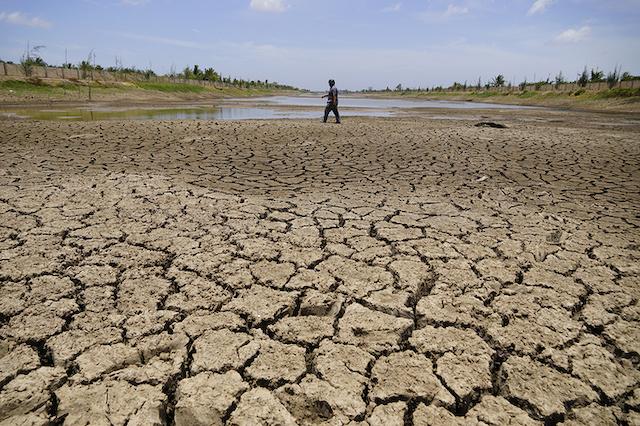 Hồ Kênh Lấp (Bến Tre), trữ nước ngọt lớn nhất miền Tây bị khô nứt nẻ, người dân có thể đi bộ băng qua, tháng 4/2020.