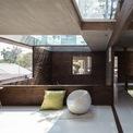 <p> Phòng khách được bố trí ở khu vực trung tâm của tầng 2 với tông màu nâu gỗ chủ đạo, mang lại vẻ trầm ấm, mộc mạc.</p>
