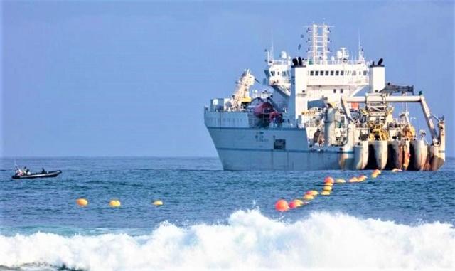 Tàu đang đặt cáp Marea nối nước Mỹ và lục địa châu Âu; Nguồn: edition.cnn.com