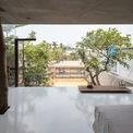 <p> Phòng ngủ cho bố mẹ được thiết kế với tầm nhìn hướng ra mặt trước của căn nhà.</p>