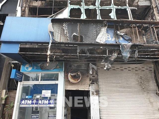 Cháy lớn tại một phòng giao dịch Eximbank và cửa hàng Vua Nệm tại TP HCM