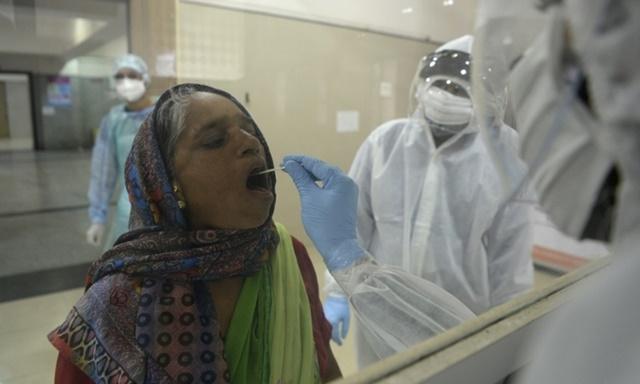 Người dân được lấy mẫu xét nghiệm nCoV ở thành phố Nashik, Ấn Độ, hôm 13/9. Ảnh: AFP.