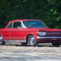 """<p class=""""Normal""""> <strong>Chevrolet Corvair là mẫu xe không an toàn</strong></p> <p class=""""Normal""""> Trong cuốn sách Unsafe at Any Speed (Không an toàn ở mọi tốc độ), viết về những chiếc xe cổ điển và sự kém an toàn của chúng, Ralph Nader đặc biệt lên án Chevrolet Corvair. Corvair được ra mắt vào năm 1960, theo xu hướng một chiếc xe nhỏ gọn. Nó được trang bị động cơ đặt phía sau và hệ thống treo độc lập.</p> <p class=""""Normal""""> Nader lập luận sự kết hợp của động cơ phía sau và hệ thống treo độc lập không đúng tiêu chuẩn, khiến việc điều khiển xe trở nên khó khăn, có thể gây hiện tượng mất lái. Tuy nhiên, GM vẫn sản xuất mẫu xe này cho đến năm 1969. (Ảnh:<em>Hagerty</em>)</p>"""