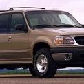 """<p class=""""Normal""""> <strong>Ford sử dụng lốp kém chất lượng trên Explorer</strong></p> <p class=""""Normal""""> Sau khi nhận được nhiều báo cáo về sự kém hiệu quả của lốp xe Ford Explorer, năm 2000, Cục Quản lý An toàn Giao thông Quốc gia Mỹ (NHTSA) đã tiến hành điều tra vụ việc. Nhà cung cấp lốp xe cho Ford, Firestone, thừa nhận rằng lốp xe không đạt tiêu chuẩn chất lượng, dẫn đến dễ thủng hoặc nổ lốp.</p> <p class=""""Normal""""> Firestone đã phải thu hồi 14,4 triệu lốp xe. Vào thời điểm đó, có tổng cộng 271 người chết và 800 người bị thương do tai nạn liên quan đến lốp xe này. Vụ bê bối đã đặt dấu chấm hết cho mối quan hệ hợp tác giữa Ford và Firestone, sau đó dẫn đến việc từ chức của cả 2 CEO. (Ảnh:<em>Yimg</em>)</p>"""