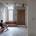 """<p class=""""Normal""""> Kiến trúc sư và chủ nhà đã thống nhất với nhau về giải pháp cho ngôi nhà là đơn giản hóa các chi tiết trang trí và tận dụng bề mặt vật liệu tự nhiên. Đồng thời, ngôi nhà cũng được cân nhắc hợp lý về diện tích vừa đủ của từng không gian nhỏ.</p>"""