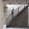 <p> Kết cấu chịu lực chính của ngôi nhà là bê tông cốt thép. Ván khuôn của sàn bê tông được tái sử dụng để làm tấm lợp. Gạch không nung được dùng để ốp công trình, góp phần làm giảm bức xạ từ mặt trời vào ban ngày, giúp ngôi nhà mát mẻ hơn.</p>