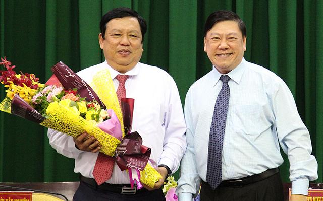 Bí thư Tỉnh ủy Vĩnh Long Trần Văn Rón tặng hoa chúc mừng tân Phó Chủ tịch UBND tỉnh Vĩnh Long Nguyễn Văn Liệt.