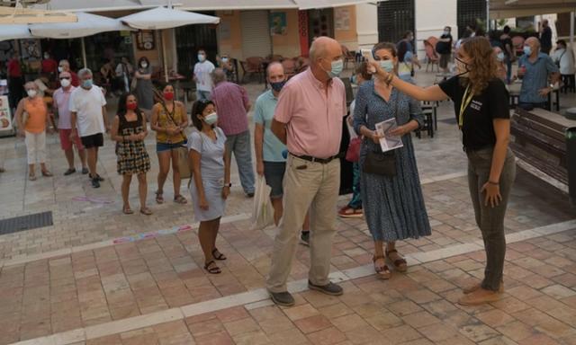 Kiểm tra nhiệt độ bên ngoài một rạp chiếu phim ở Málaga, Tây Ban Nha, tháng trước. Ảnh: NYTimes.
