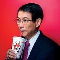 """<p class=""""Normal""""> <strong>9.<span> </span>Tony Tan Caktiong &amp; gia đình</strong></p> <p class=""""Normal""""> Tài sản: 1,9 tỷ USD</p> <p class=""""Normal""""> Lĩnh vực: thực phẩm</p> <p class=""""Normal""""> Tỷ phú đồ ăn nhanh Tony Tan Caktiong chứng kiến khối tài sản giảm mạnh trong năm 2020 do ảnh hưởng của đại dịch Covid-19. Dù 90% các nhà hàng Jollibe của ông đã mở cửa trở lại vào cuối tháng 6, hầu hết các đơn hàng là mua mang đi hoặc giao tận nơi. (Ảnh: <em>Forbes</em>)</p>"""