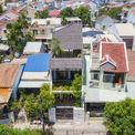 <p> Ngôi nhà nằm sâu trong một con hẻm nhỏ của phố cổ Hội An, Quảng Nam. Vì vậy, các kiến trúc sư buộc phải tuân thủ các quy định nghiêm ngặt của UBND TP Hội An về quy hoạch, kiến trúc, mật độ xây dựng.</p>