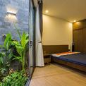 <p> Tầng một là phòng ngủ của vợ chồng chủ nhà và phòng ngủ của đứa con sơ sinh. Để đón được tối đa ánh sáng và không khí tự nhiên, cả 2 phòng ngủ đều có cửa sổ kính lớn nhìn ra giếng trời của ngôi nhà. Như vậy, các phòng ngủ sẽ luôn có không khí trong lành.</p>