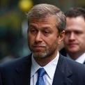 <p> <strong>7. Roman Abramovich (Tài sản: 15,8 tỷ USD)</strong>: Theo <em>Bloomberg</em>, Abramovich kiếm phần lớn tài sản từ việc bán các tài sản thuộc sở hữu của chính phủ mà ông mua lại sau khi chính quyền Liên Xô sụp đổ. Tỷ phú 48 tuổi cũng được biết đến là chủ sở hữu của câu lạc bộ bóng đá Anh Chelsea, được ông mua vào năm 2003 với giá 100 triệu USD. Đầu năm nay, <em>Forbes</em> đưa tin Abramovich tiếp tục đầu tư hàng trăm triệu USD vào câu lạc bộ này dù tài sản của ông giảm tới 582 triệu USD so với năm ngoái. Ảnh: <em>Getty Images.</em></p>