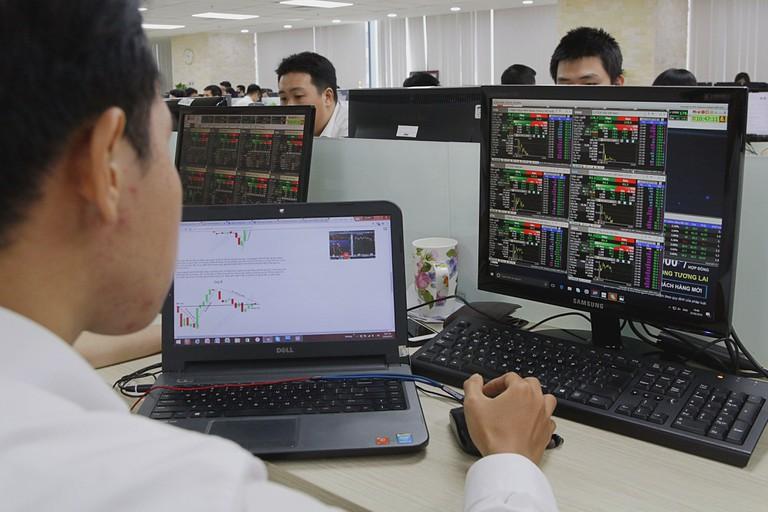 STB tăng trần, VN-Index giảm điểm nhẹ
