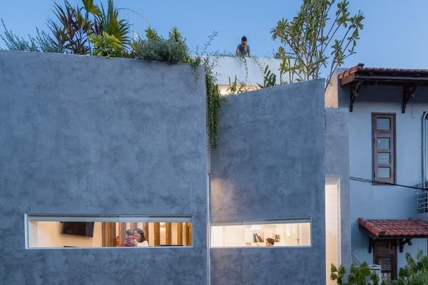 Phía trước là cửa chớp kính, phía sau là tường đục lỗ hoa văn, ngôi nhà phố ở Huế luôn ngập nắng và gió