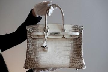 Vợ tỷ phú giàu nhất Ấn Độ khoe túi hiệu đính 240 viên kim cương