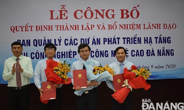 Phó Chủ tịch UBND thành phố Hồ Kỳ Minh (bìa trái) trao quyết định bổ nhiệm các thành viên Ban Giám đốc Ban Quản lý các dự án phát triển hạ tầng khu công nghiệp và công nghệ cao. Trong đó, ông Nguyễn Văn Anh (thứ 2, phải sang) làm Giám đốc Ban Quản lý.