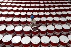 Tồn kho tại Mỹ giảm, giá dầu tăng, giá vàng thấp nhất 8 tuần