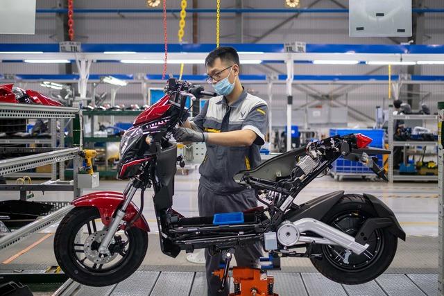 Kỹ sư VinFast lắp xe máy điện. Ảnh: Bloomberg