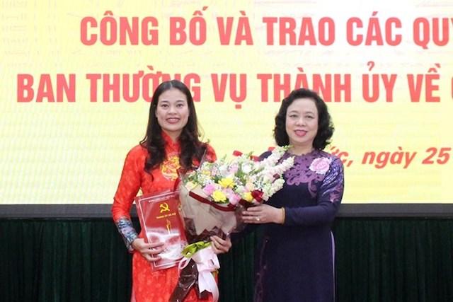 Phó Bí thư Thường trực Thành ủy Ngô Thị Thanh Hằng trao Quyết định cho đồng chí Bạch Liên Hương.