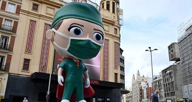 """Tượng """"siêu nhân viên y tế"""" cao 6 mét tại Madrid bày tỏ lòng biết ơn tới những người đã chiến đấu chống Covid-19. Ảnh: AFP."""