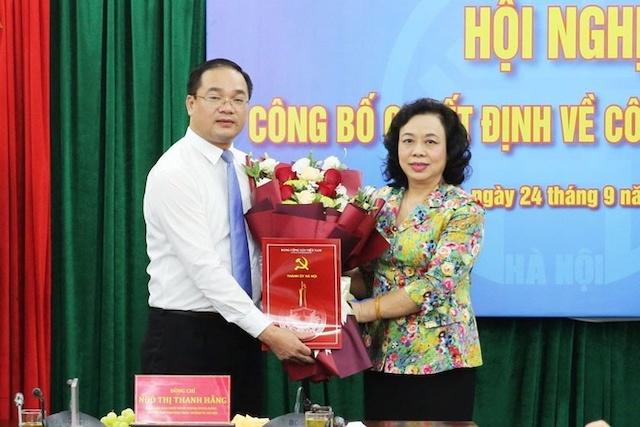 Phó Bí thư Thường trực Thành ủy Ngô Thị Thanh Hằng trao Quyết định cho tân
