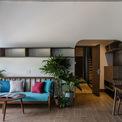 """<p class=""""Normal""""> Các kiến trúc sư đã bố trí tầng một là gara, lễ tân và một studio. Tầng 2 và 3, mỗi tầng có 3 phòng ngủ gồm nhà vệ sinh riêng, không gian rộng thoáng.<span>Tầng áp mái được cải tạo thành 2 căn hộ tiện nghi nhất với diện tích lớn hơn và có khu giặt khô.</span></p>"""