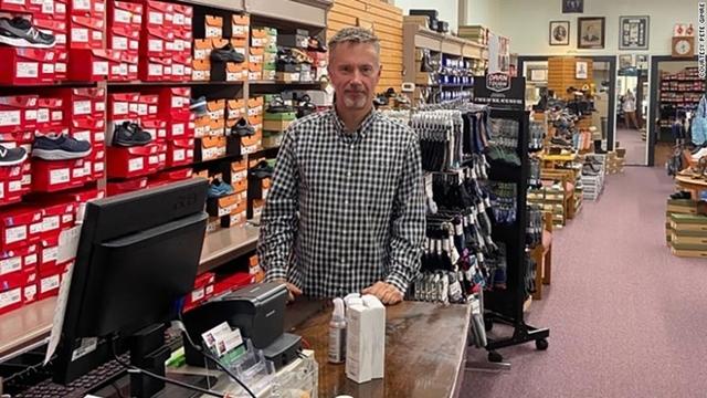Ngay từ thời điểm bắt đầu đại dịch, Peter Gimre, chủ shop giày Gimre's Shoes không nghĩ rằng mình có thể tồn tại quá vài tháng.