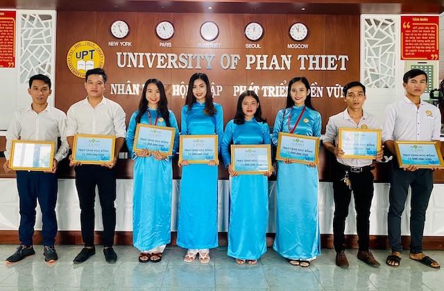 Các em sinh viên hân hoan nhận học bổng do Tập đoàn Novaland trao tặng.
