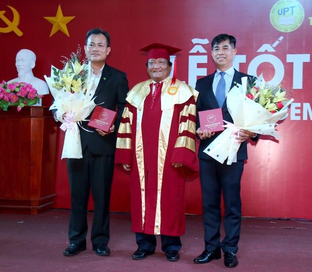 Hiệu trưởng trường Đại học Phan Thiết trao hoa lưu niệm cho đại diện Tập đoàn Novaland.