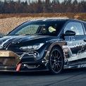 <p> Hyundai vừa ra mắt mẫu siêu xe điện RM20e. RM20e có cách bố trí hệ truyền động tương tự mẫu xe thể thao động cơ đặt giữa RM19. Khác với RM19 sử dụng động cơ đốt trong, RM20e sử dụng động cơ điện hoàn toàn.</p>
