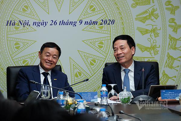 Bộ trưởng Bộ Thông tin -Truyền thông Nguyễn Mạnh Hùng và Chủ tịch Hội đồng quản trị MBBank Lê Hữu Đức.