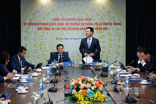 """Bộ trưởng Nguyễn Mạnh Hùng lưu ý MBBank cần phải """"vẽ"""" cho mình một giấc mơ ngoài mục tiêu lợi nhuận. Giấc mơ này phải là sứ mệnh giúp giải """"nỗi đau"""" của dân tộc Việt Nam. Ảnh: Trọng Đạt."""